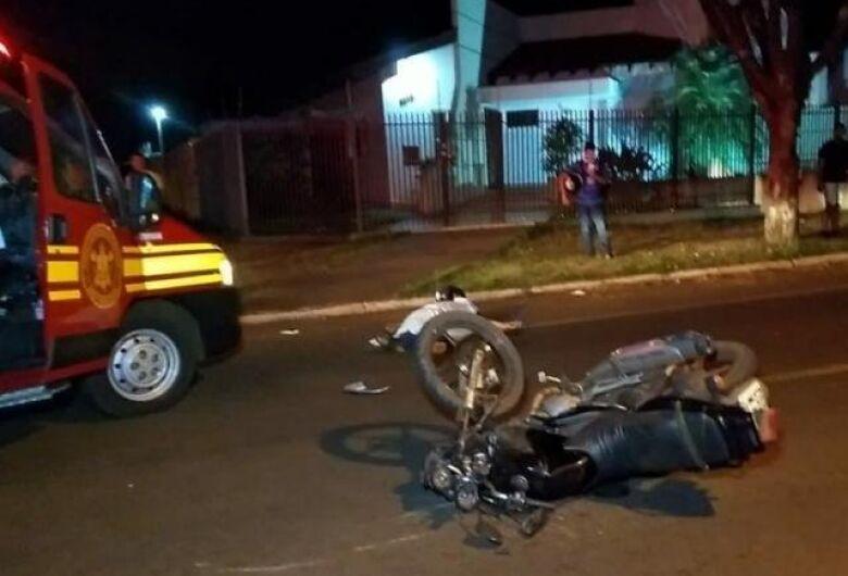 Após invadir cruzamento, motociclista morre ao bater em dois carros