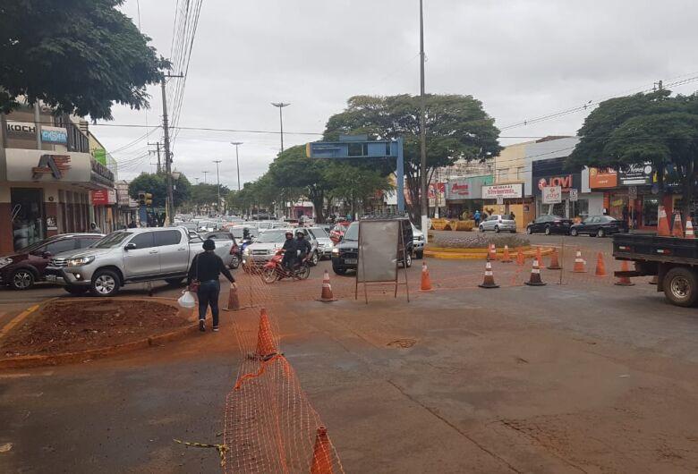 Trânsito lento e filas de carros seguem ocorrendo no centro