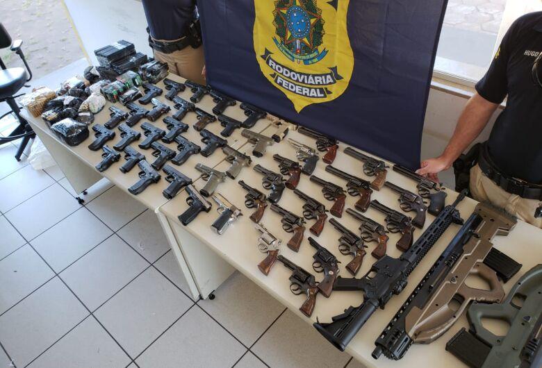 PRF apreende 29 pistolas e 18 revólveres que eram levados para São Paulo