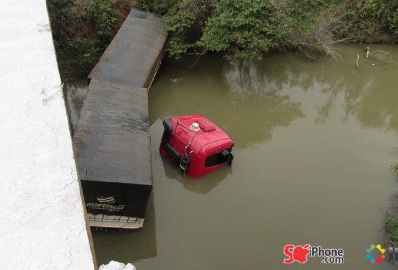 Carreta roubada cai dentro do rio São Domingos, na MS-157, em Itaporã