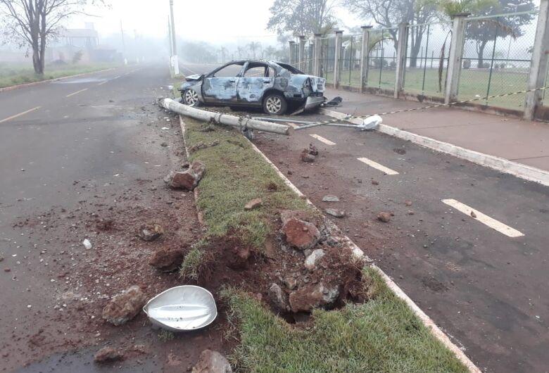 Motorista bate em poste e carro pega fogo na Vila Erondina