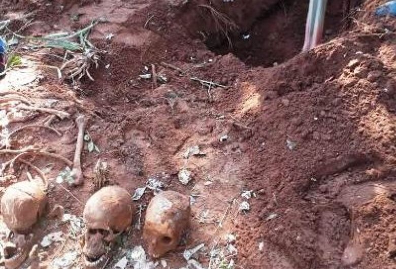 Fossa com restos mortais é encontrada na fronteira