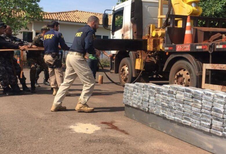 PRF apreende 223,8 quilos de cloridrato de cocaína escondida em caminhão