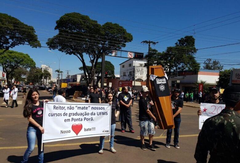 Manifestantes tentam impedir hoje decisão da UFMS de suspender 8 cursos de graduação
