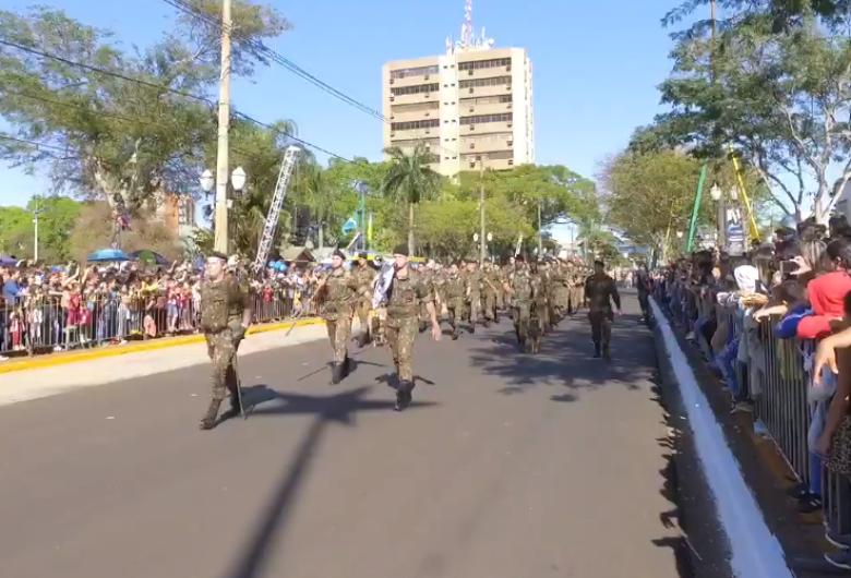 Desfile Cívico inicia com milhares de pessoas na Avenida Marcelino Pires em Dourados