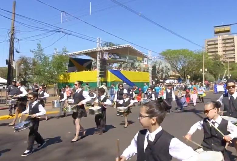 Desfile de 7 de Setembro em Dourados dura 2 horas e termina com novo protesto de professores
