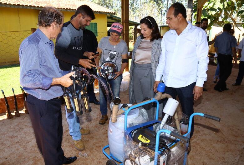 Délia entrega equipamentos para comunidade rural na região de Macaúba