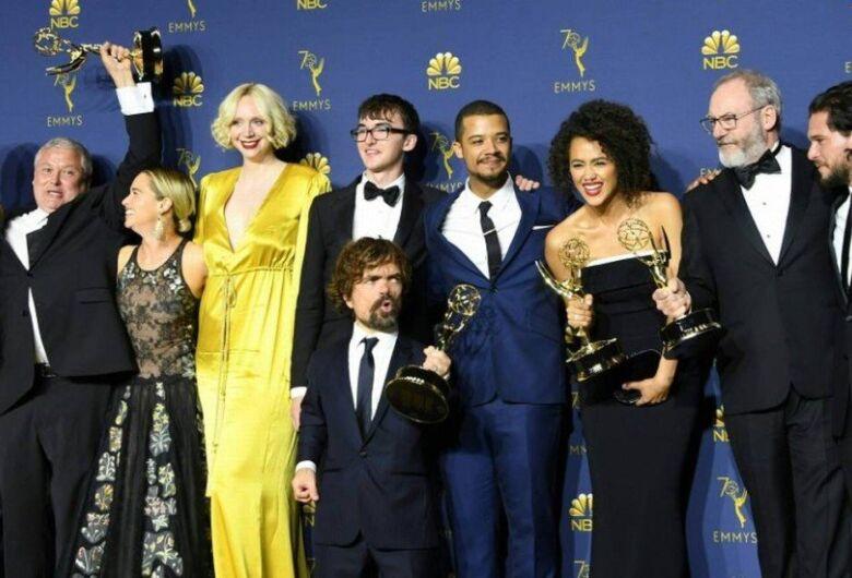 """""""Mrs. Maisel"""" e """"Game of Thrones"""" ganham maiores prêmios do Emmy em noite de surpresas"""