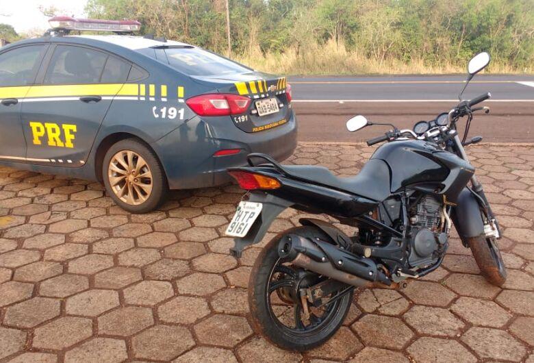 Moto roubada em Dourados é recuperada pela PRF perto da ponte sobre o rio Dourados