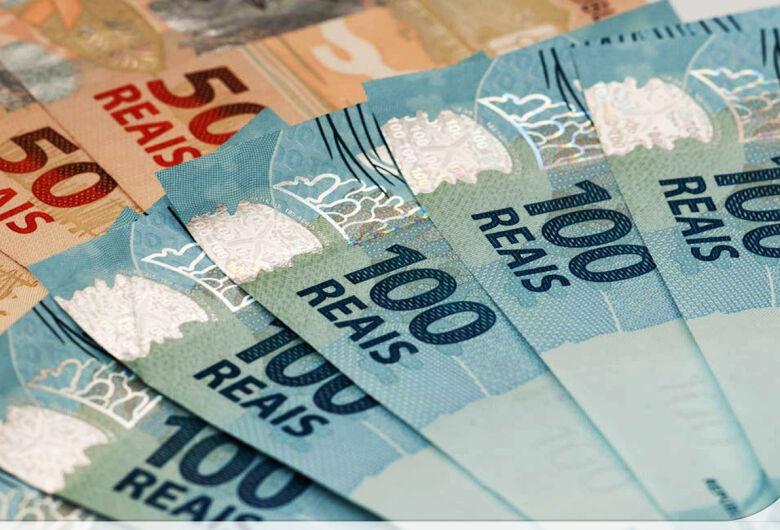 Mais de 2,6 milhões de contribuintes recebem hoje restituição do IR