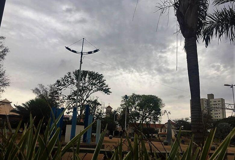 Em MS, céu parcialmente nublado com possibilidade para pancadas de chuva isolada