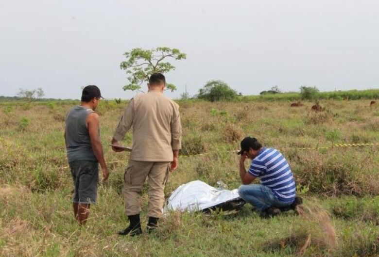 Homem sai de casa para pescar e é encontrado morto com tiro na virilha
