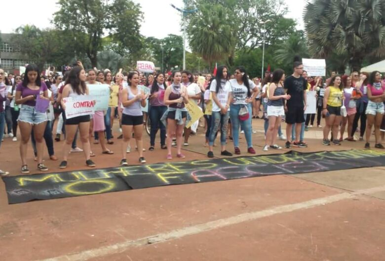 Manifestações do #EleNão e #EleSim reúnem centenas em ruas de Dourados