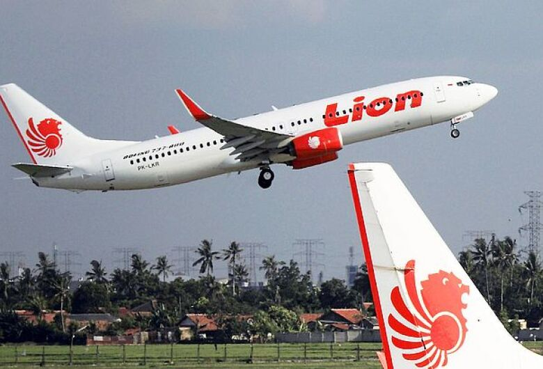 Avião cai no mar da Indonésia com 189 pessoas a bordo
