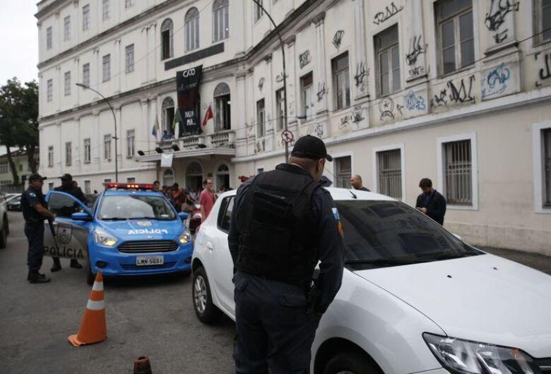 Corpo é encontrado em carro em frente à Faculdade de Direito da UFRJ