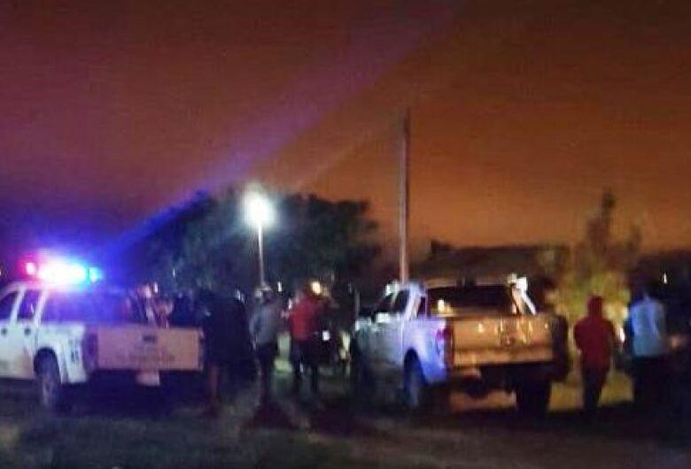 Dupla derruba porta de residência e mata homem a tiros na frente da esposa