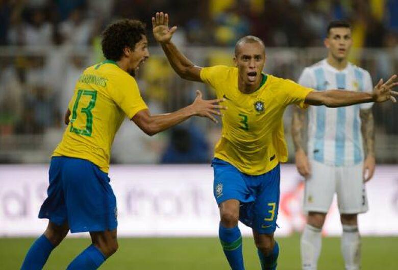Com gol de Miranda no fim, Brasil vence a Argentina em clássico pegado e sem brilho