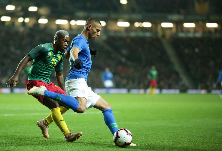 Brasil encerra ano com vitória magra sobre Camarões