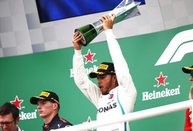 Hamilton vence GP do Brasil e Mercedes conquista 5º título da F1
