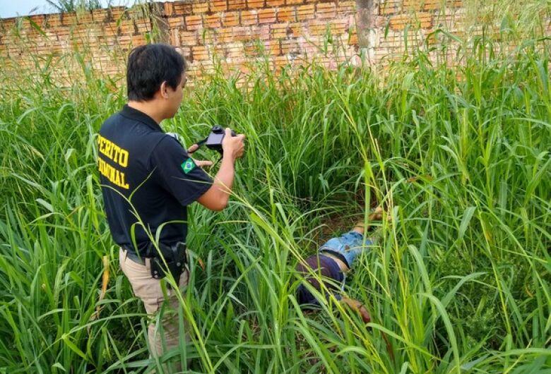 Encontrado corpo de homem com 15 facadas em matagal