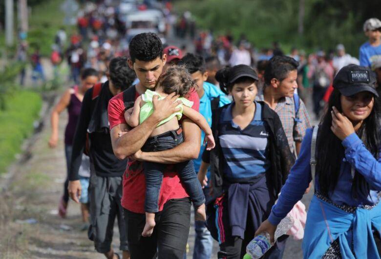 Grande caravana completa um mês rumo aos EUA enfrentando obstáculos
