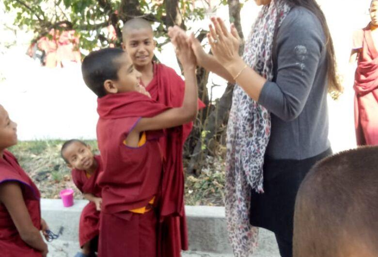 Sul-mato-grossense realiza caminhada com pequenos monges e distribuirá origamis no Nepal