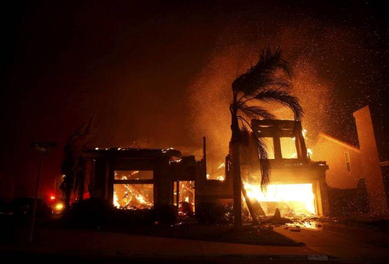 Incêndio florestal provoca devastação e fuga de milhares na Califórnia