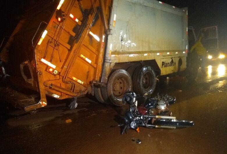 Motociclista bate contra caminhão de lixo e morre na MS-156