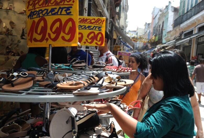 Intenção de consumo das famílias atinge maior nível em 3 anos, diz CNC
