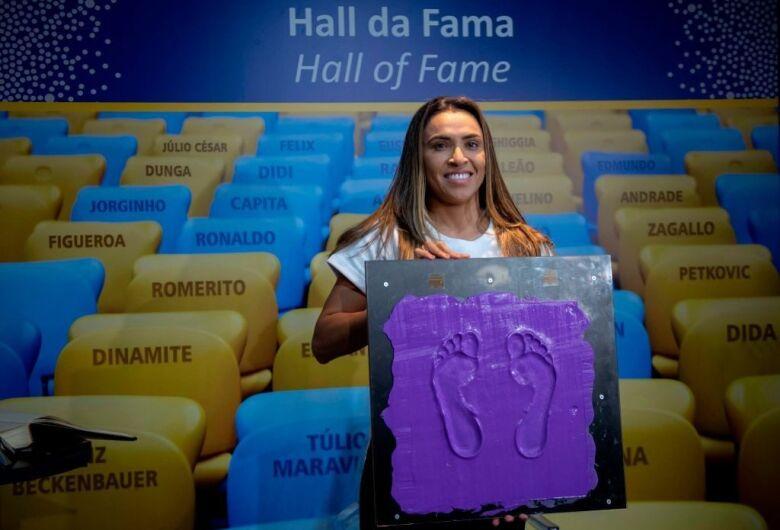 Marta é primeira mulher a deixar marca na Calçada da Fama do Maracanã