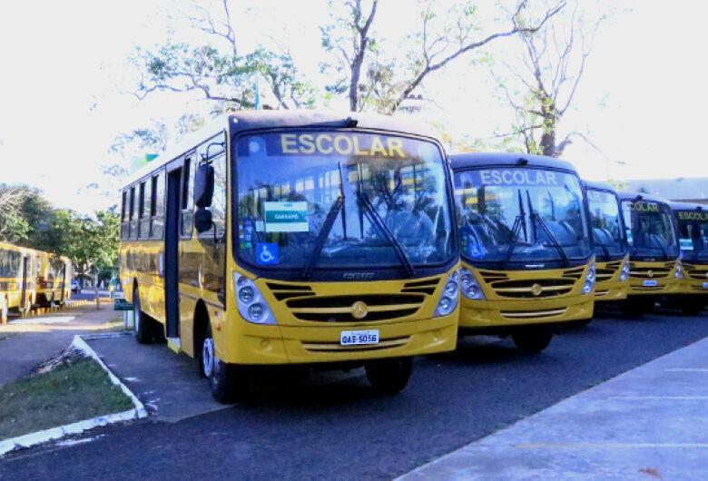 Governo oficializa novo repasse de veículos de transporte escolar para quatro municípios do interior