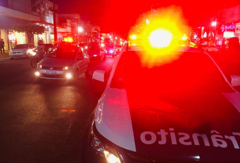 PM recupera veículo roubado, apreende armas, drogas e prende 17 pessoas durante final de semana em Dourados