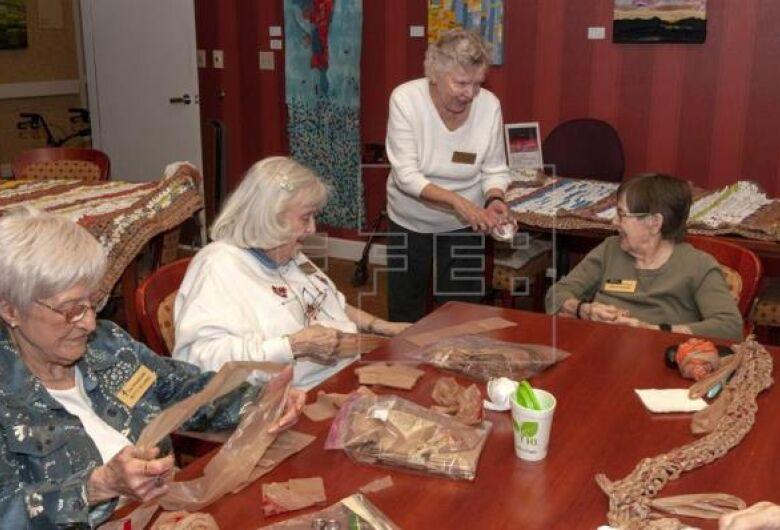 Com sacolas plásticas, mulheres do Arizona tecem colchonetes para sem-teto