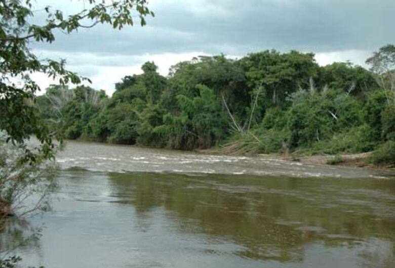 Menina de 6 anos tenta resgatar irmão de rio e desaparece