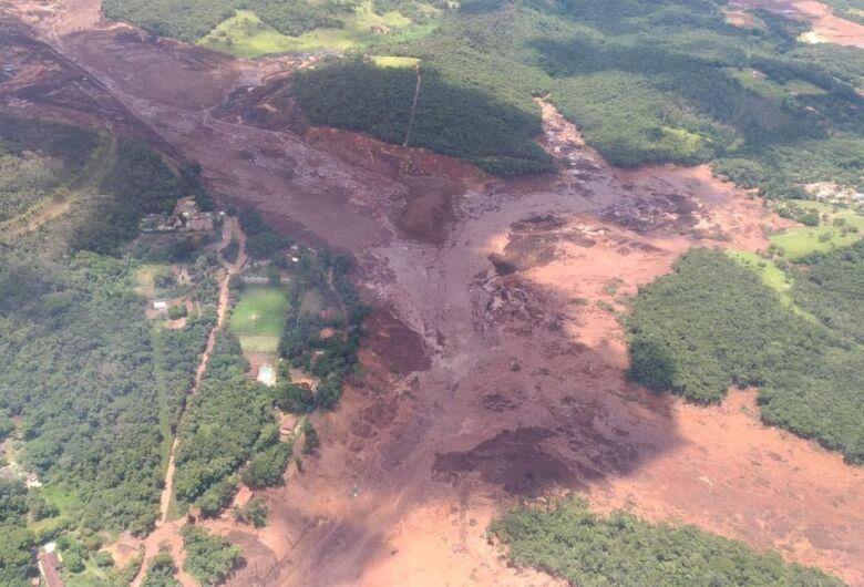 Brumadinho é invadida por lama após rompimento de barragem