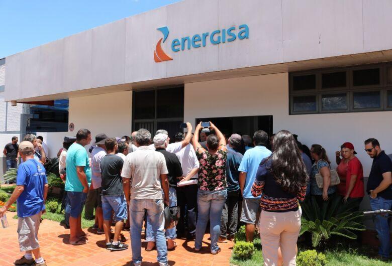Moradores protestam contra aumento na conta de energia