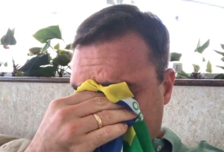 Sob pressão de militares, Bolsonaro tenta isolar Flávio