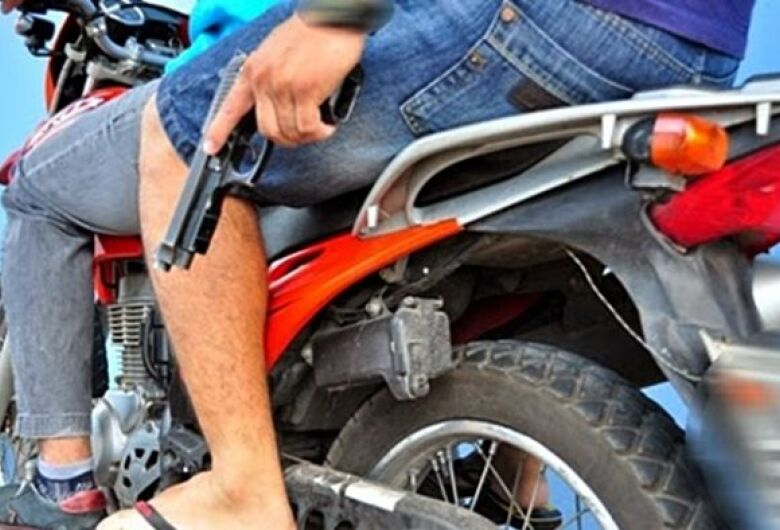 Mulher é assaltada por dupla em uma moto no Água Boa