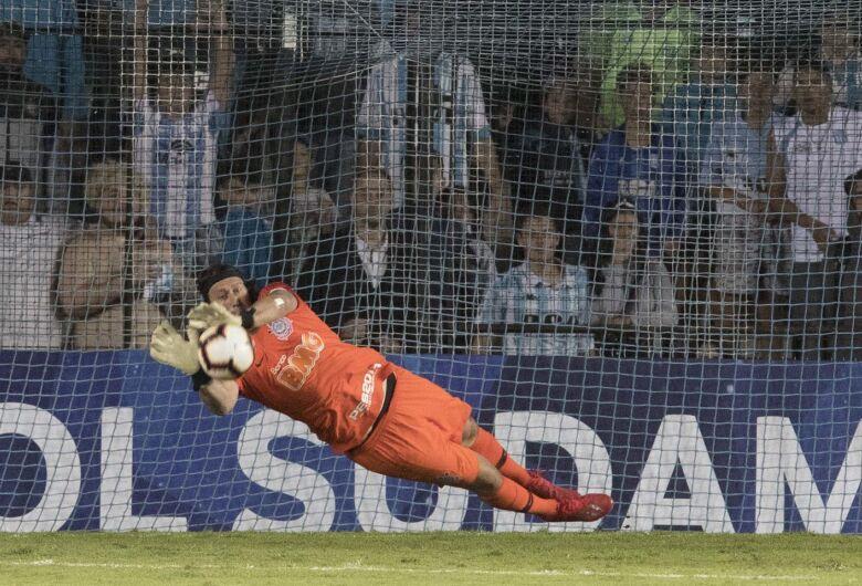 Corinthians vence Racing nos pênaltis com brilho de Cássio