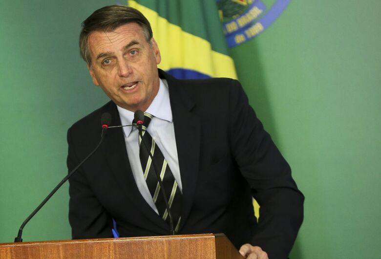 Febre melhora e Bolsonaro se alimenta com caldo de carne