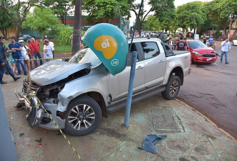 Motorista é baleado enquanto dirige e perde o controle do veículo