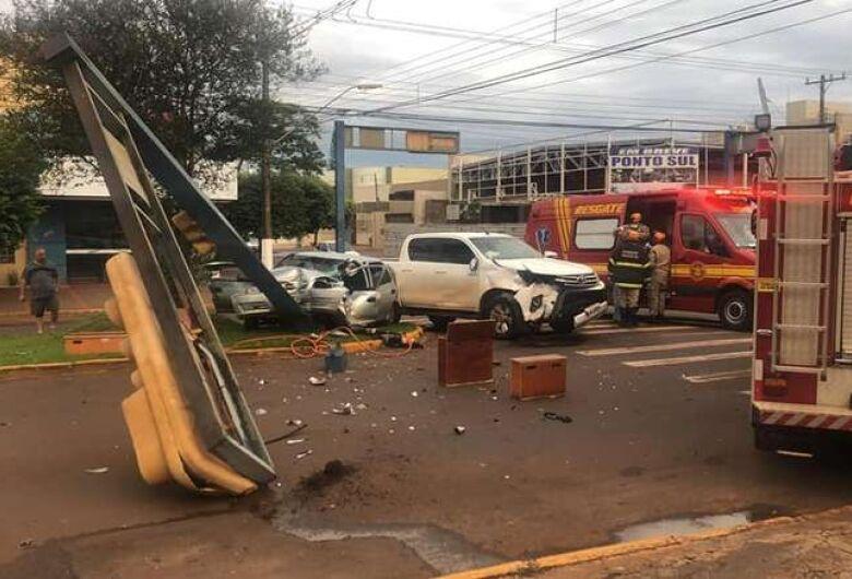 Semáforo é derrubado em acidente em Dourados