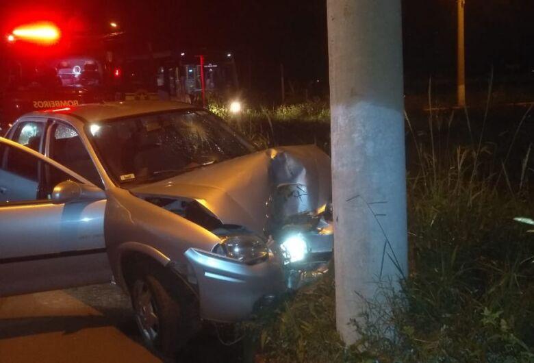 Professora de Educação Física morre após bater carro em poste