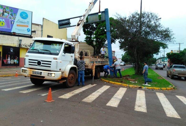 Prefeitura religa semáforo derrubado em acidente