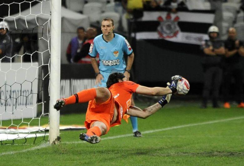 Nos pênaltis, Corinthians avança para as semifinais