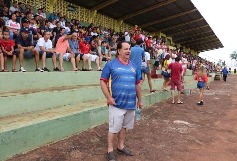 Prefeito empresta estádio a time de cidade vizinha, compra ingresso e assiste ao jogo no meio do povo