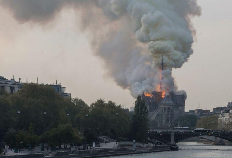 Incêndio atinge a Catedral Notre-Dame