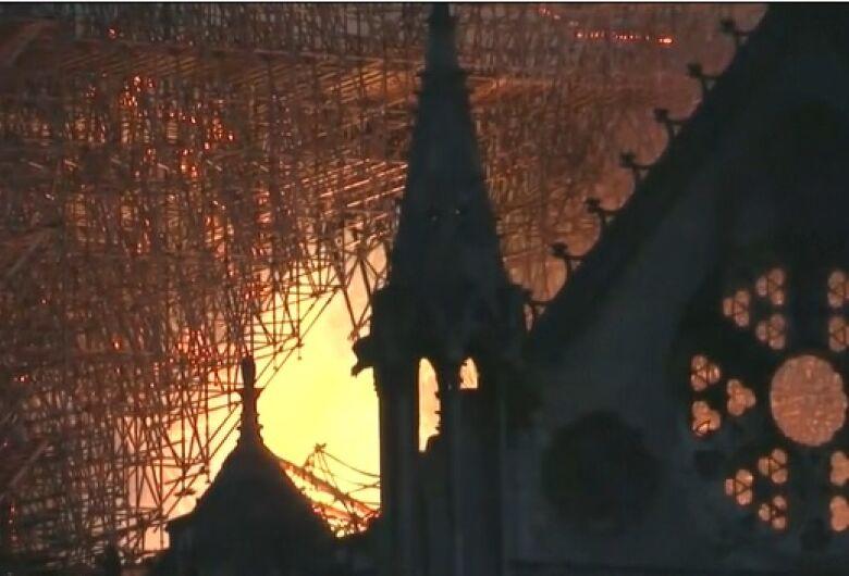 Presidente da França promete reconstruir Catedral Notre-Dame e já recebe doações