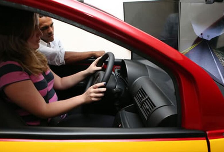 Crise e novo comportamento reduzem interesse dos jovens em dirigir