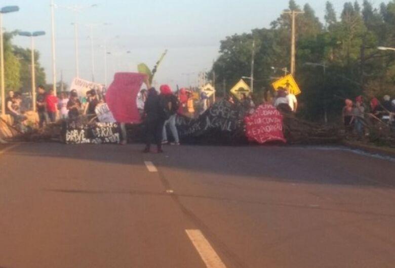 Grupo encerra protesto após 4 horas na Guaicurus